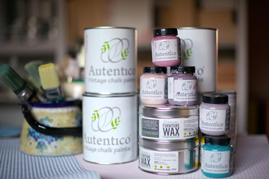 Duże puszki i testery farb kredowych oraz wosków Autentico.