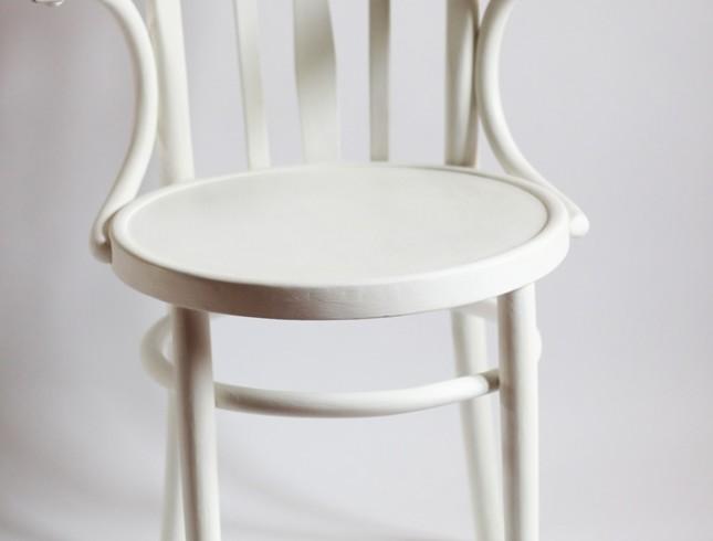 Białe krzesło do sesji zdjęciowej