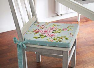 Drewniane krzesło z poduchami farby kredowe