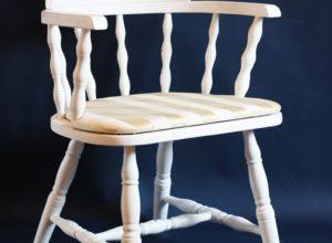 biały drewniany fotel farby kredowe