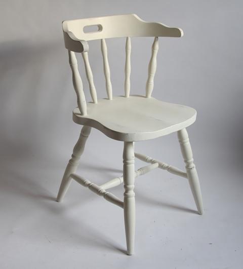 białe drewniane krzesło