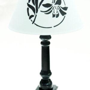 Drewniana lampa stołowa pomalowana farbami kredowymi